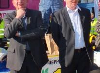 Jean-Marie CARAMIAUX, Maire d'Hersin-Coupigny à gauche, Boguslaw KROL, Maire de Zielonki à droite et le vainqueur de la course au centre.